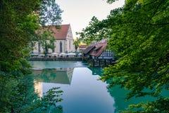 Färg B för sikt för destination Blaubeuren Blautopf för blått vatten turist- Fotografering för Bildbyråer