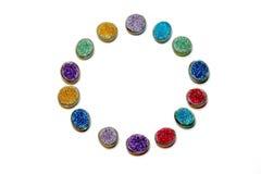 färg Den färgade multipeln pryder med pärlor i en cirkel som isoleras på en vit bakgrund Royaltyfri Fotografi
