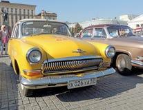 Färg för Retrocar GAZ M21 Volga tredje serieguling Arkivfoton