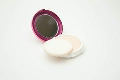 Färg för sminkpulverkräm med pudervippan på vit Royaltyfria Bilder