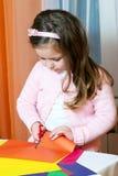 färg figures paper ut för flickan Fotografering för Bildbyråer