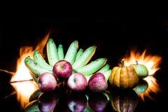 Färg-fulla små pumpor för stilleben och banan och äpple Royaltyfria Foton