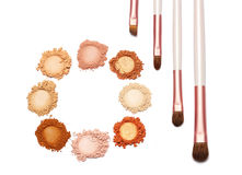 Färg och borste för sminkpulver söt på vit bakgrund Royaltyfri Fotografi