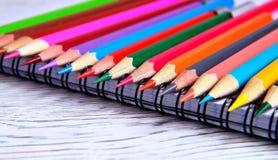 Färg ritar att ligga på ett block med en spiral Grå naturlig backgro Royaltyfri Foto