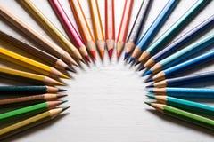 Färg ritar på det vita wood bakgrundsslutet upp Rund arrangementn Arkivbild