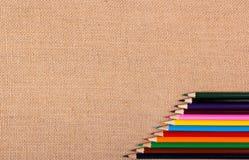 Färg ritar på en naturlig bakgrund av den grova torkduken kopiera avstånd Royaltyfri Bild