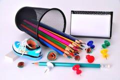 Färg ritar, vässaren, affärskorthållaren, radergummi på Royaltyfria Foton