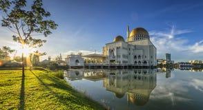 Färg som skiner på som-Salam moské Arkivfoton