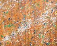 Färg stänker på den wood väggen Royaltyfri Fotografi