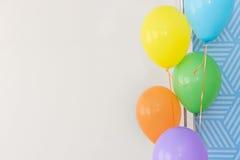 Färg sväller på en vit bakgrund, färgballonger på ett parti, Royaltyfri Foto