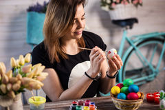 Färga ägg för eastertime hemma Lyckliga easter! En moder, gir arkivbild