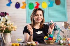 Färga ägg för eastertime hemma Lyckliga easter! En moder, gir fotografering för bildbyråer