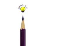 Färga blyertspennan och den ljusa kulan på vit, begreppsidé Royaltyfri Bild