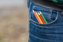Färga blyertspennor i ett tillbaka jeansfack Royaltyfri Fotografi
