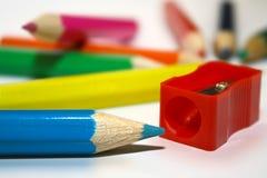 Färga blyertspennor och blyertspennasharperner Arkivfoton
