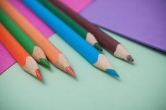 Färga blyertspennor på färgbakgrund royaltyfri foto