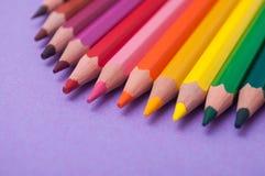 Färga blyertspennor på färgbakgrund fotografering för bildbyråer