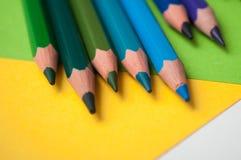 Färga blyertspennor på färgbakgrund royaltyfri bild