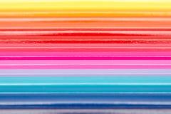 Färga blyertspennor som är ordnade i regnbågelinje Fotografering för Bildbyråer