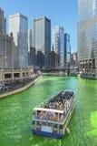 Färga Chicago River gräsplan på den helgonPatrics dagen Royaltyfri Bild