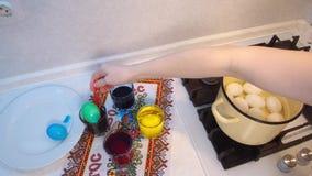Färga det vax målade easter ägget arkivfilmer
