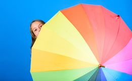 Färga ditt liv Gladlynt skinn för flicka bak paraplyet Färgrik paraplytillbehör Väderprognosbegrepp stay arkivbilder
