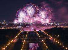 Färga explosioner av den internationella fyrverkerifestivalen i universitetsområdet av Moskvadelstatsuniversitetet Royaltyfri Bild
