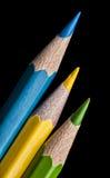 Färga färgpennablyertspennor som isoleras på svart bakgrund. upp. Royaltyfri Bild