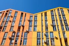 Färga fasaden av ett hus med lotten av luftvillkorenheter Royaltyfri Bild