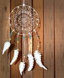 Färga indiandreamcatcher med fågelfjädrar och flora Arkivfoton
