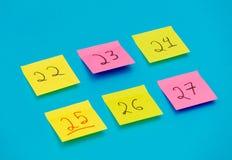 Färga klistermärkear med nummer som räknar dagarna för jul Royaltyfri Bild