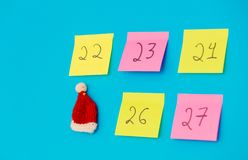 Färga klistermärkear med nummer som räknar dagarna för jul Royaltyfri Foto