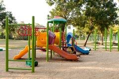 Färga lekplatsen i det offentligt parkerar för unge royaltyfria foton