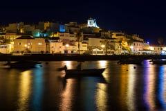 Färga natten i fjärden Ferragudo, Portimao fiska för fartyg Fotografering för Bildbyråer