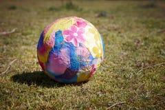 Paper klumpa ihop sig på gräs Royaltyfri Bild