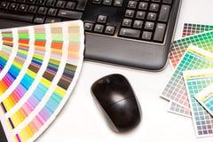 Färga provkartor, och datoren skrivar, musen Arkivfoto