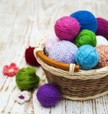 Färga woolen clews Arkivbilder