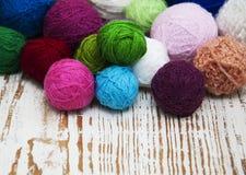 Färga woolen clews Arkivbild