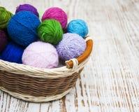 Färga woolen clews Arkivfoto