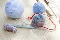Färga woolen clews för att sticka och virka det vävde stycket Arkivfoton