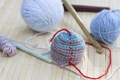Färga woolen clews för att sticka och virka det vävde stycket Royaltyfri Fotografi