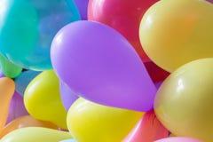Färgad bakgrund sväller, den ljusa gruppen av färgrika ballonger Bakgrund lågt djup av fokusen royaltyfri foto