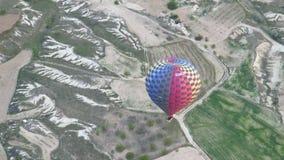 Färgad ballong för varm luft som flyger över Cappadocia lager videofilmer