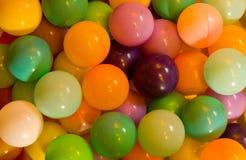 färgad fylld plast- för luftbollar Royaltyfri Fotografi