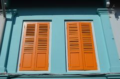 Färgad kolonial arabisk fjärdedel för fönster och för slutare, Singapore Fotografering för Bildbyråer