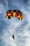 Färgad parasailing hoppa fallskärm Royaltyfria Bilder