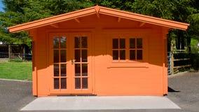 Färgad träsummerhouse för persika Arkivbild