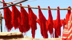 Färgad ull för sol uttorkning i Marrakesh Royaltyfri Foto