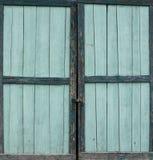 Färgad wood dörr för gammal grön turkos Fotografering för Bildbyråer