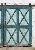 Färgad wood dörr för gammal grön turkos Royaltyfri Bild